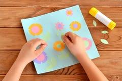 Dziecko robi karcie z kwiatami Dziecko trzyma papierowego liść w jego kijach i rękach ja Kleidło, kartka z pozdrowieniami na drew Zdjęcie Royalty Free