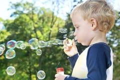 Dziecko robi mydlanym bąblom Zdjęcia Royalty Free