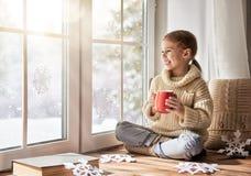 Dziecko robi papierowym płatkom śniegu fotografia royalty free