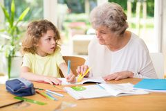 Dziecko robi pracie domowej z jego babci? obraz stock