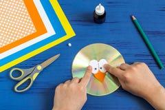 Dziecko robi ptaka od cd Krok 5 Fotografia Stock
