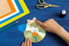 Dziecko robi ptaka od cd Krok 11 Fotografia Stock