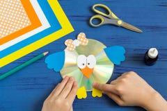 Dziecko robi ptaka od cd Krok 14 Obrazy Stock