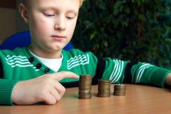Dziecko robi stertom monety obraz royalty free