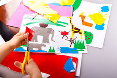 Dziecko robi wycinankom Obrazy Stock