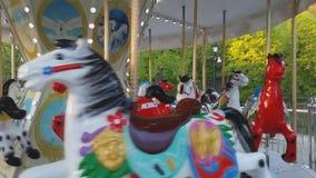 Dziecko rocznika karuzeli latającego konia plenerowy colourful carousel w rozrywkowym wakacje parku w mieście zdjęcie wideo