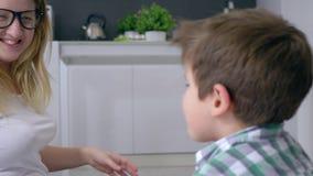 Dziecko rozrywka, śliczny dzieciak z mum bawić się w śmiesznych grach w pokoju zdjęcie wideo
