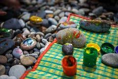 Dziecko rozrywka na otoczak farby kamieniach fotografia stock