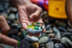 Dziecko rozrywka na otoczak farby kamieniach zdjęcia stock