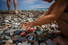 Dziecko rozrywka na otoczak farby kamieniach zdjęcie stock
