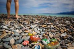 Dziecko rozrywka na otoczak farby kamieniach obraz stock