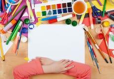 Dziecko rysuje odgórnego widok Grafiki miejsce pracy z kreatywnie akcesoriami Mieszkanie sztuki nieatutowi narzędzia dla malować Fotografia Royalty Free