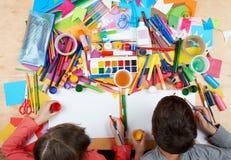 Dziecko rysuje odgórnego widok Grafiki miejsce pracy z kreatywnie akcesoriami Mieszkanie sztuki nieatutowi narzędzia dla malować Zdjęcie Stock