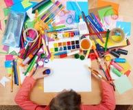 Dziecko rysuje odgórnego widok Grafiki miejsce pracy z kreatywnie akcesoriami Mieszkanie sztuki nieatutowi narzędzia dla malować Zdjęcie Royalty Free