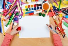 Dziecko rysuje odgórnego widok Grafiki miejsce pracy z kreatywnie akcesoriami Mieszkanie sztuki nieatutowi narzędzia dla malować Obrazy Stock