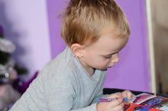 Dziecko rysuje w domu Obrazy Stock