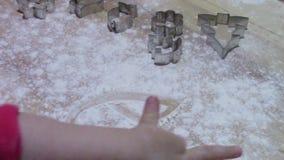Dziecko rysuje w mąkę w przygotowaniu cukierki zdjęcie wideo