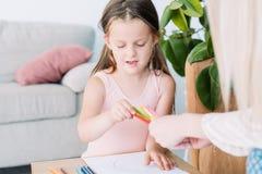 Dziecko rysunkowego hobby dzieciaka czasu wolnego dziewczyny pomysłowo ołówek obrazy royalty free