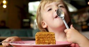 Dziecko słodkiego zębu oblizania łyżka z tortem zdjęcie wideo