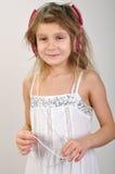 Dziecko słucha muzyka z hełmofonami zdjęcia stock