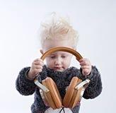 Dziecko słuchająca muzyka w hełmofonach obrazy stock