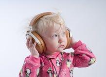 Dziecko słuchająca muzyka w hełmofonach zdjęcie royalty free