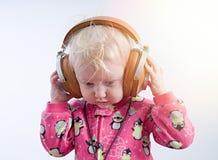 Dziecko słuchająca muzyka w hełmofonach zdjęcie stock