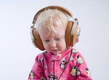 Dziecko słuchająca muzyka w hełmofonach fotografia stock