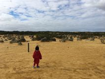 Dziecko samotnie w pustyni zdjęcia royalty free