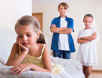 Dziecko siedzi na boku chłopiec i dziewczyna Fotografia Royalty Free