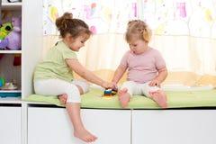 Dziecko siostr sztuka indoors Obraz Royalty Free