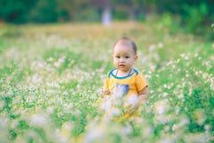 Dziecko spacer z naturą Fotografia Royalty Free