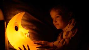 Dziecko spada uśpiony pod lampą zdjęcie wideo