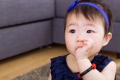 Dziecko ssa palec w usta obrazy royalty free