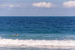 Dziecko surfingowiec na czystym i spokojnym morzu fotografia stock
