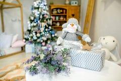 Dziecko sypialnia dekorująca dla bożych narodzeń Zabawkarski bałwanu, prezenta pudełko na tle i obrazy stock