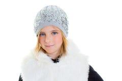 Dziecko szczęśliwi blondyny żartują dziewczyna portreta zimy wełny białą nakrętkę Obrazy Royalty Free