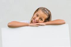 Dziecko szczęśliwy przedstawia pusty papier Obrazy Stock