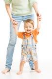 Dziecko szczęśliwy iść pierwsi kroki. Macierzysty pomaga dziecko Zdjęcia Royalty Free