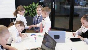 Dziecko szef nagradza dziecko pracownika w nowożytnym biurze zdjęcie wideo
