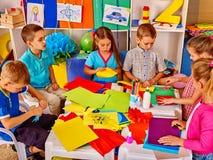 Dziecko szkoła robi coś z barwionego papieru Zdjęcie Stock