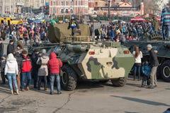 Dziecko sztuka na nowożytnym rosyjskim pojazdzie pancernym Obraz Royalty Free