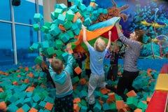 Dziecko sztuka z animatorem w rozrywki centrum Dziecko sztuka w basenie z miękkimi sześcianami Cheboksary, Rosja, 10/20/ obrazy stock