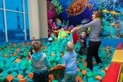 Dziecko sztuka z animatorem w rozrywki centrum Dziecko sztuka w basenie z miękkimi sześcianami Cheboksary, Rosja, 10/20/ zdjęcie stock
