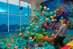 Dziecko sztuka z animatorem w rozrywki centrum Dziecko sztuka w basenie z miękkimi sześcianami Cheboksary, Rosja, 10/20/ zdjęcia stock