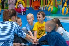 Dziecko sztuka z animatorem w rozrywki centrum Cheboksary, Rosja, 10/20/2018 fotografia stock
