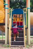 Dziecko sztuka z boiskiem w parku zdjęcie royalty free