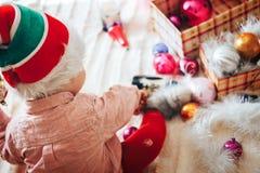 Dziecko sztuka z choinek dekoracjami Zdjęcia Royalty Free