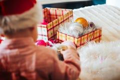 Dziecko sztuka z choinek dekoracjami Obrazy Royalty Free