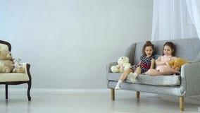 Dziecko sztuka z pluszowymi zabawkami zbiory wideo